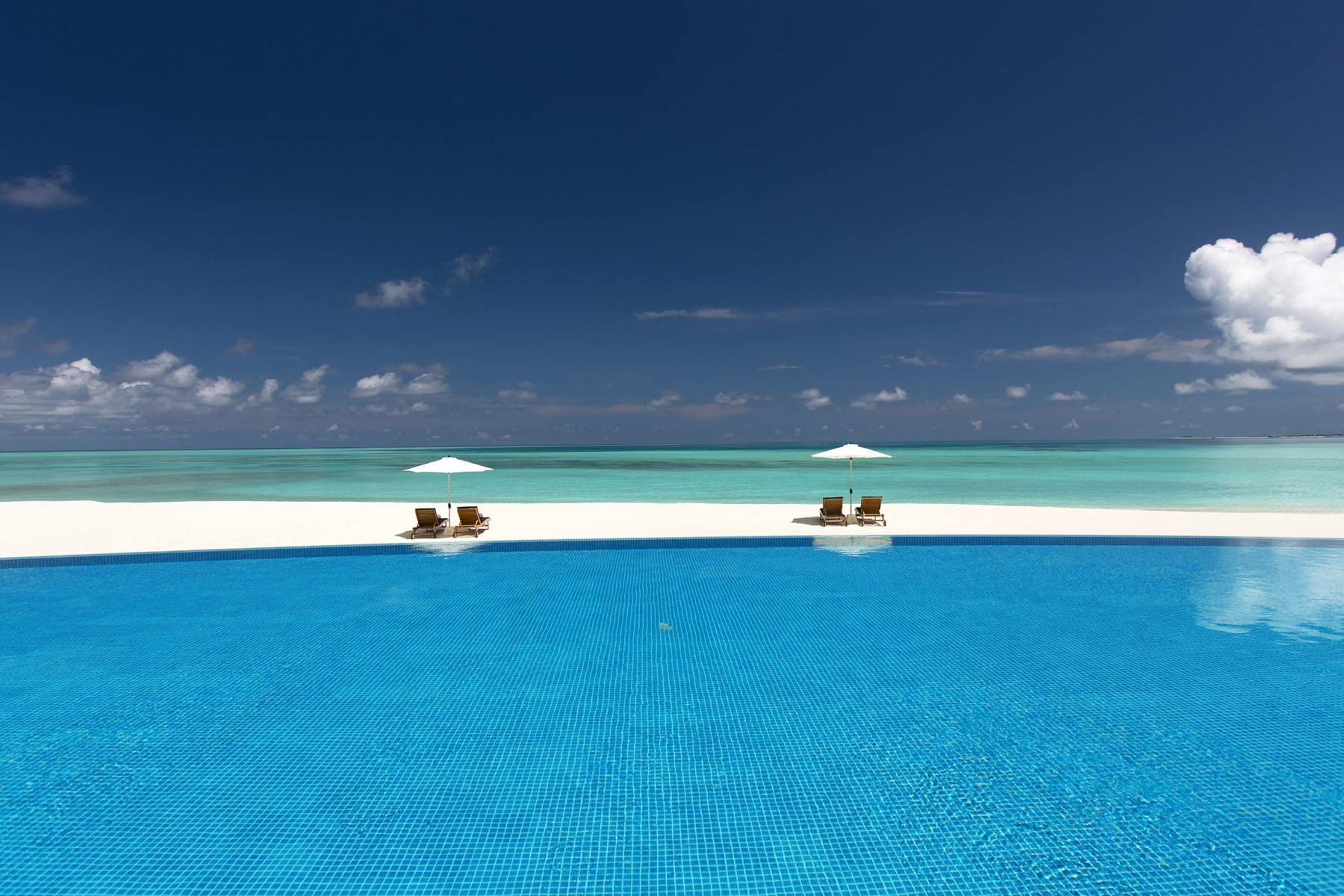 THE-SUNSET-POOL-VIEW-AND-LOUNGERS-min
