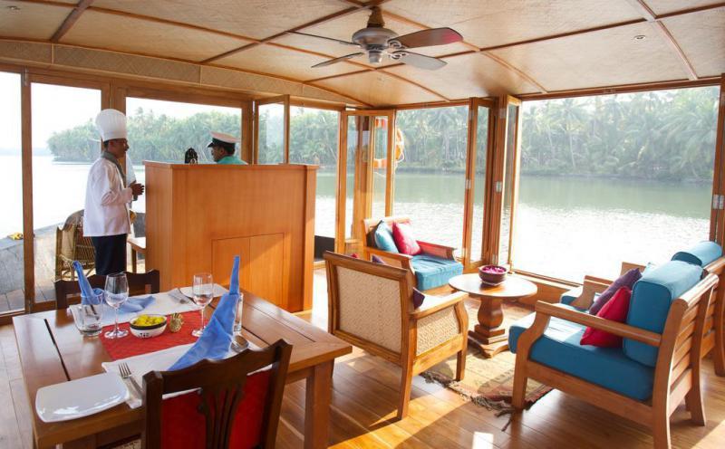 lotus-houseboat-livingroom